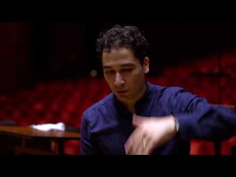Video Andrés Orozco Estrada conducts Music of the Americas (Bernstein, Gershwin, Revueltas, Piazzolla)